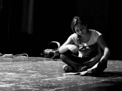Bára Nolová během zkoušky (více foto: Divadelní Klub Mladých na facebooku)